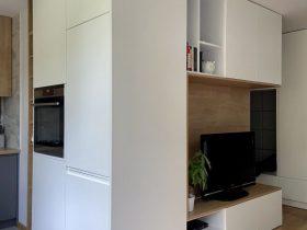 salon z kuchnią w funkcjonalnej kawalerce