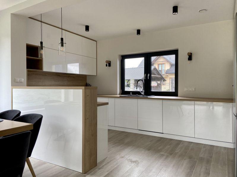 symetrycznie zaprojektowane meble kuchenne