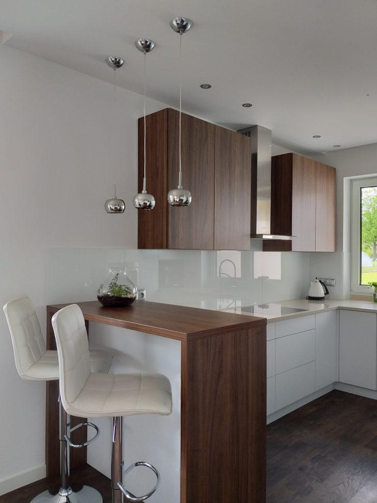 kuchnia biała z drewnianym blatem bielsko-biała